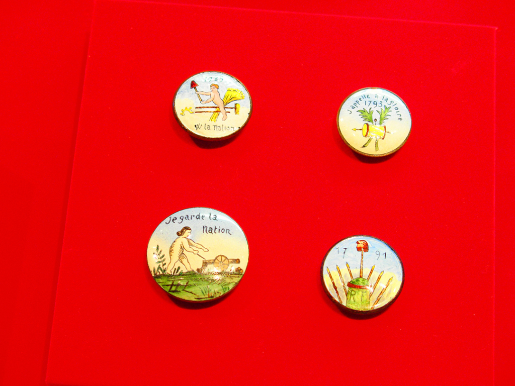 アイリス ボタンの博物館 風刺画が描かれたボタン
