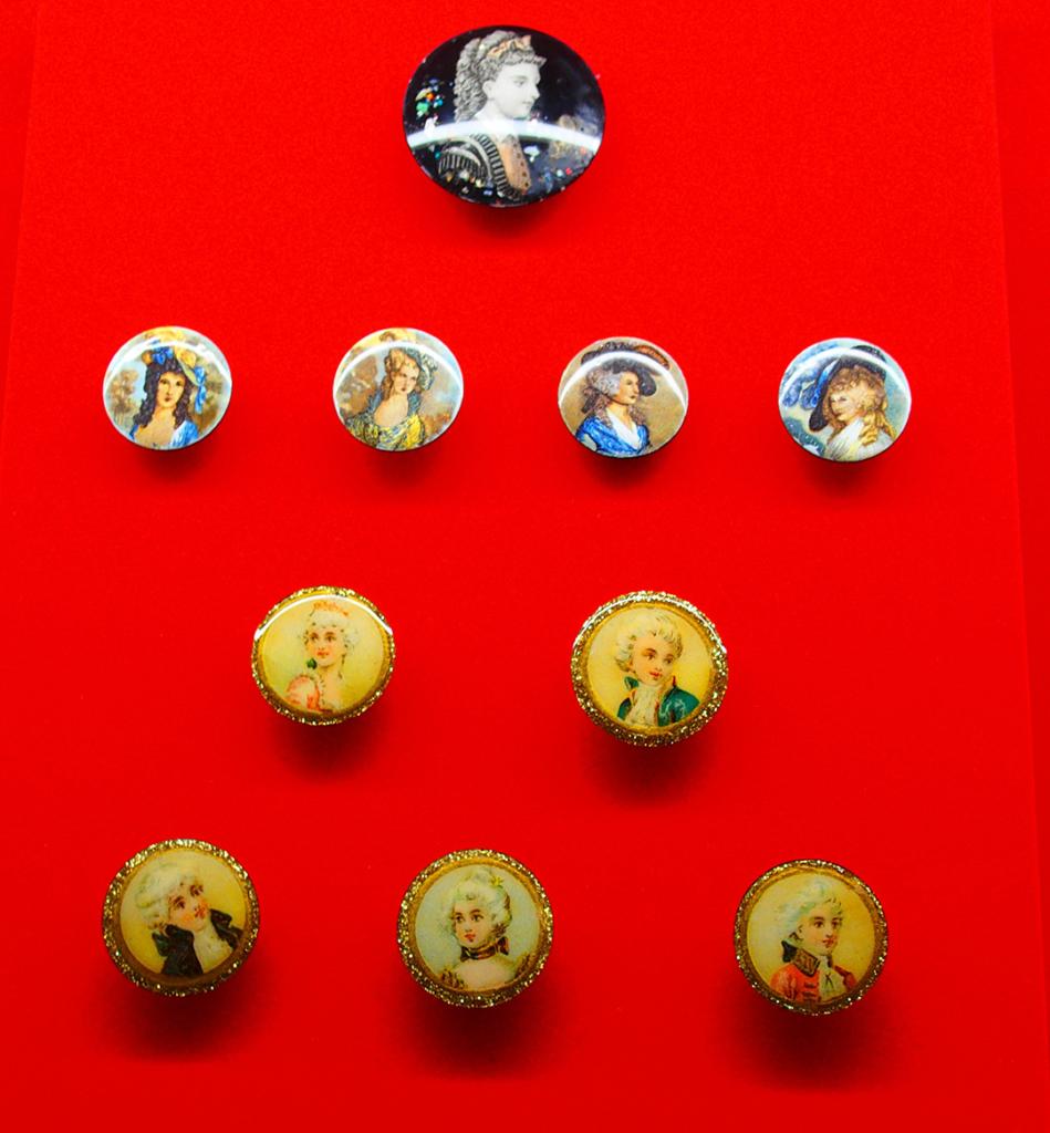 アイリス ボタンの博物館 恋人など、人物のイラストが描かれたボタン